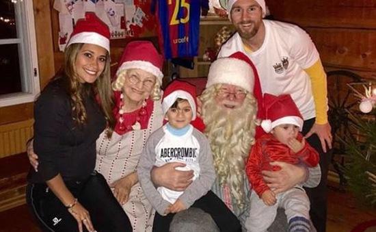 Nhóc tì nhà Messi vừa mút tay, vừa ngồi trên lòng Ông già Noel