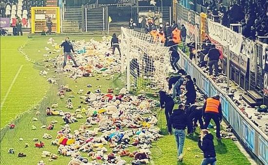 """""""Mưa"""" gấu bông trước trận đấu bóng ở Bỉ"""