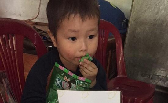 Không có bố, mẹ chết đột ngột, bé 2 tuổi sống trong đói khát