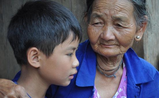 Bố chết, mẹ bỏ đi lấy chồng, cậu bé 10 tuổi sống dựa bà nội trong cảnh đói khát