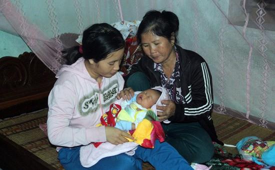 Mẹ gục ngã vì cha bị xe cán chết, bé 3 tuần tuổi sống cảnh đói khát thương tâm