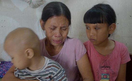 Ánh mắt đáng thương của cô bé 3 tuổi bị ung thư thận