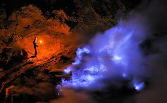 Kỳ lạ núi lửa phát ra nham thạch xanh kỳ diệu