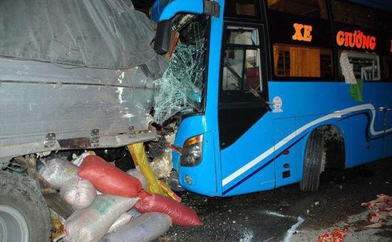 Tông xe liên hoàn tại Tiền Giang, 13 người thương vong