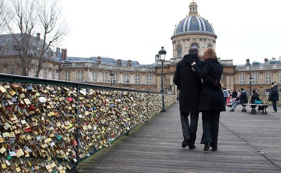 """Paris bán khóa """"tình yêu"""" lấy tiền làm từ thiện"""