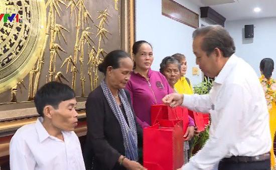 Phó Thủ tướng thường trực Trương Hòa Bình tặng quà các gia đình đồng bào Khmer nghèo