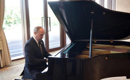 Tổng thống Nga chơi piano ngẫu hứng