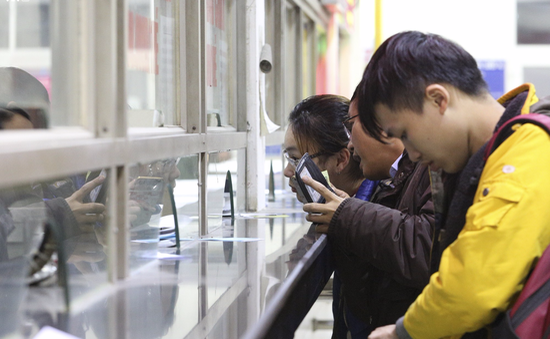 Hà Nội: Bến xe không đông, người dân có thể mua vé dễ dàng về đón Tết