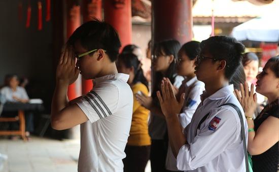Kỳ thi THPT Quốc gia 2017: Sĩ tử hối hả đến Quốc Tử Giám cầu may