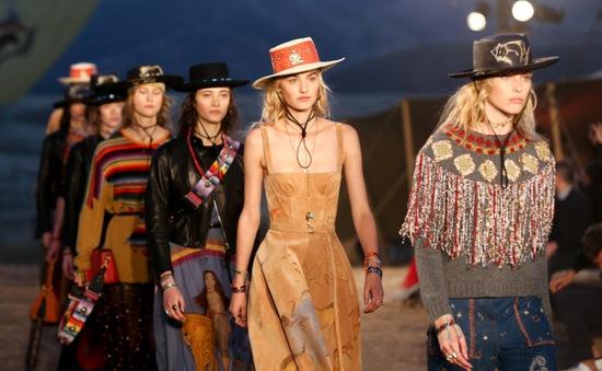 """""""Chơi độc"""", Dior tổ chức trình diễn thời trang trên đỉnh núi"""