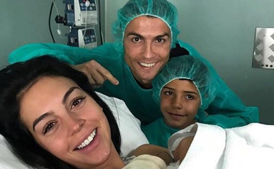 """C.Ronaldo lần đầu khoe ảnh """"công chúa nhỏ"""" lên mạng xã hội"""