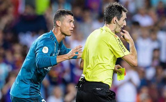 Cris Ronaldo bị treo giò 5 trận vì đẩy trọng tài trong trận thắng Barcelona