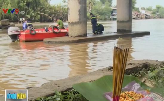 Tiền Giang: Chìm sà lan chở cát, hai vợ chồng mất tích
