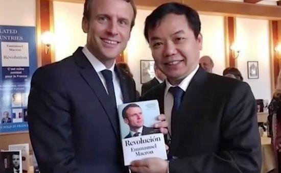 Tổng thống Pháp trao bản quyền xuất bản sách của ông tại Việt Nam