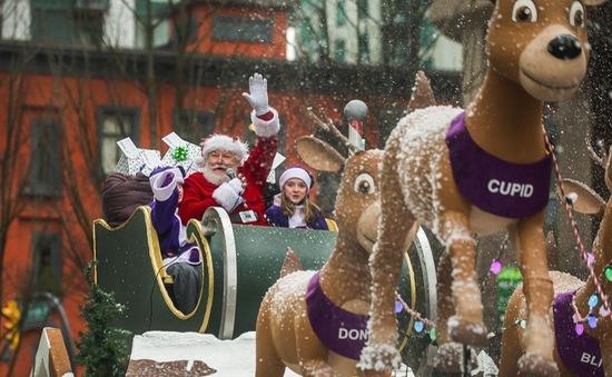 Rộn ràng lễ diễu hành của các ông già Noel thân thiện tại Canada