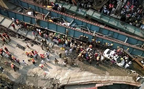 Sập cầu tại Ấn Độ làm 58 người thương vong