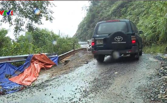 Mưa lớn gây sạt lở nghiêm trọng tuyến Quốc lộ 49A