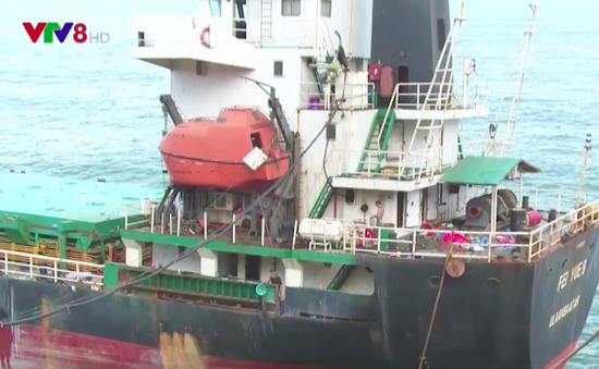 Đẩy nhanh tiến độ hút dầu trên các tàu hàng bị chìm ở Quy Nhơn