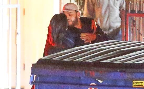 """Selena Gomez công khai """"khóa môi"""" tình cũ của Bella Hadid"""