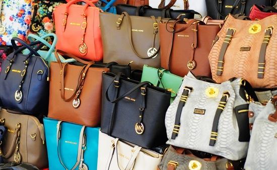 Hàng loạt túi Chanel, Prada giả bị thu giữ tại Thái Lan
