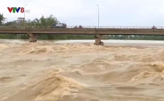 Mưa lớn gây sạt lở kè ở Nha Trang