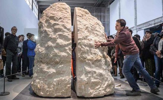 Nghệ sĩ Pháp sống sót sau 1 tuần sống trong khối đá
