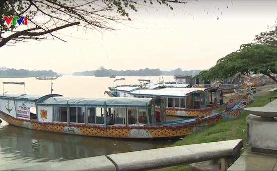 Nhiều thuyền rồng tự đón trả khách tại bến tự phát sông Hương