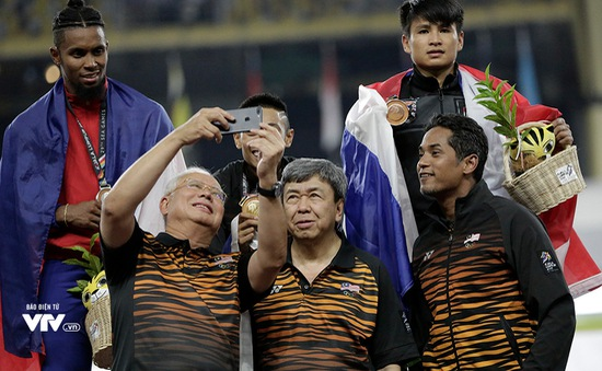"""""""Mở hàng"""" HCV cho điền kinh, VĐV Malaysia được Nhà vua, Thủ Tướng xuống tận sân chụp hình selfie"""