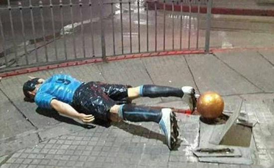 Bức tượng của Luis Suarez bị phá hoại ở Uruguay