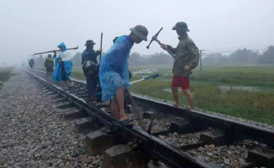 Bão số 12: Hàng nghìn hành khách mắc kẹt vì tàu ngưng tuyến