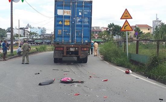 Tai nạn thương tâm, người và xe máy bị cuốn vào gầm container