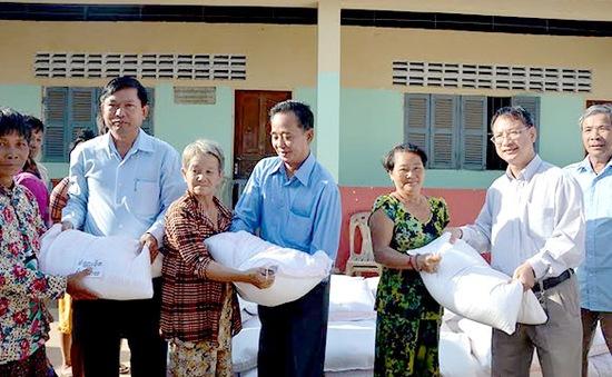 Đại sứ quán Việt Nam tặng quà cho Việt kiều nghèo ở Campuchia đón Tết