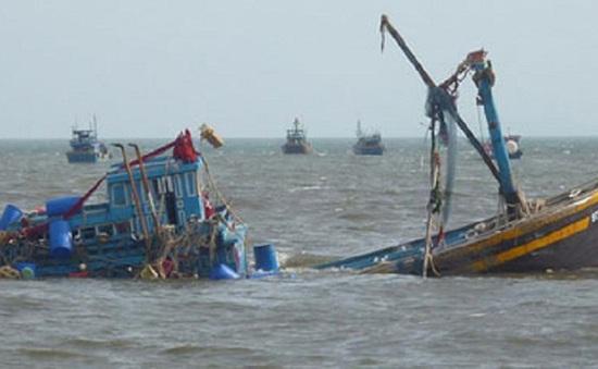 Cứu 6 ngư dân trên tàu cá bị đâm chìm ở Hoàng Sa