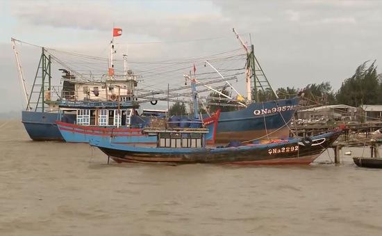 """Cửa biển Cửa Đại bồi lắp, hàng ngàn tàu thuyền """"nằm bờ"""""""