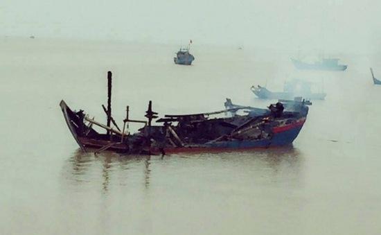 3 tàu cá của ngư dân Thanh Hóa bị cháy rụi khi đang neo đậu
