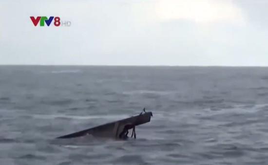 Đà Nẵng: Lai dắt tàu cá bị chìm về bờ
