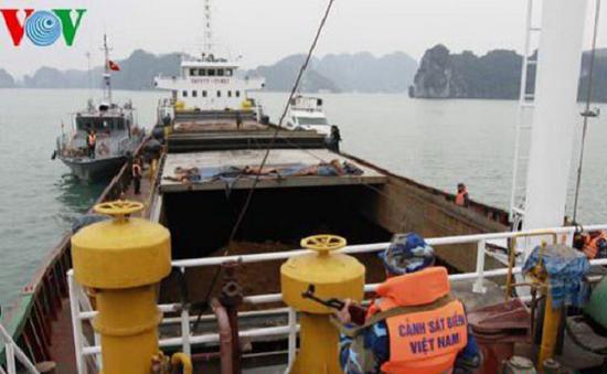 Bắt giữ tàu chở dầu trái phép trên vùng biển Cà Mau