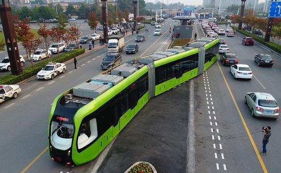 Độc đáo xe bus chạy trên đường ray tại Trung Quốc