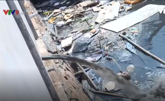 Phát hiện doanh nghiệp lắp ống nhựa, xả thải ra môi trường