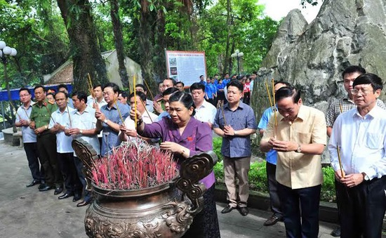 Đồng chí Tòng Thị Phóng dâng hương tưởng nhớ các Anh hùng liệt sỹ tại Thái Nguyên