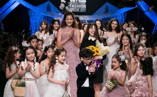 """Lạc vào thế giới thần tiên và """"Hội chợ phù hoa"""" tại Tuần lễ thời trang quốc tế Việt Nam Thu - Đông 2017"""
