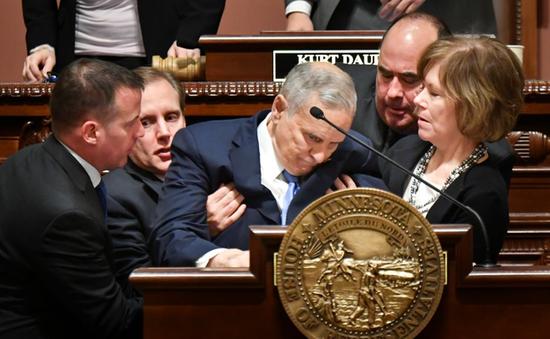 Thống đốc Mỹ ngất xỉu khi đang phát biểu