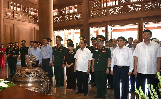 Thủ tướng dâng hương tưởng nhớ Bác Hồ tại Khu Di tích K9