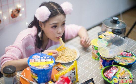 """Cô gái xinh đẹp nặng 43kg có khả năng """"ăn cả thế giới"""" khiến dân mạng tò mò"""
