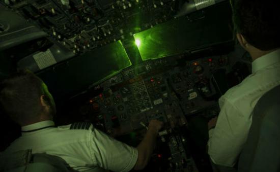 Máy bay nước ngoài bị chiếu tia laser khi hạ cánh tại Nội Bài