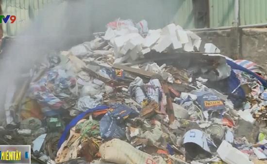Tiêu hủy gần 2 tấn nguyên liệu thức ăn chăn nuôi trộn hóa chất công nghiệp