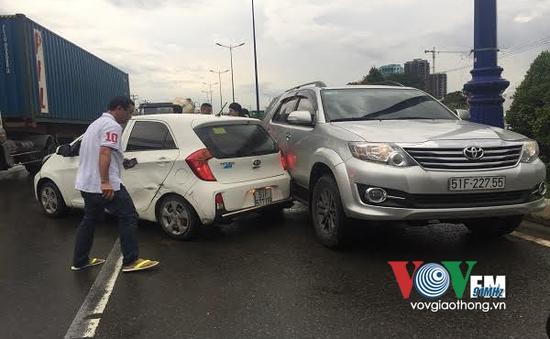 TP.HCM: Tai nạn liên hoàn, xe xoay nhiều vòng trên đường mưa trơn trượt