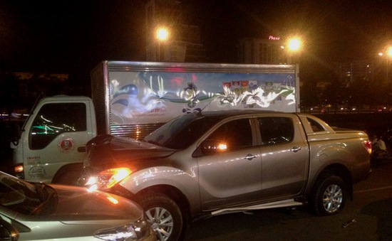 TP.HCM: 5 xe tông liên hoàn, hai người bị trọng thương
