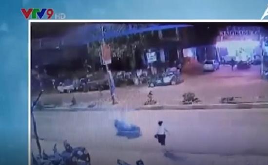 Thanh niên chạy xe như tên bắn, tông người qua đường văng xa 10m