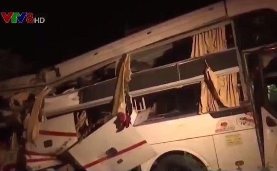 Bình Thuận: Xe container đâm xe khách, 2 người tử vong tại chỗ